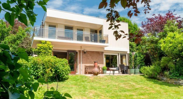 Breekstraat 8 – ideaal gelegen vrijstaande villa aan het water, omringd door groen.