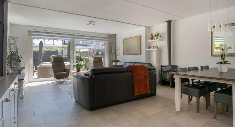 Riante hoekwoning is gelegen in Schiedam Noord