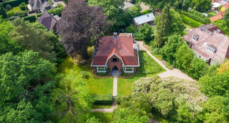 Volledig gemoderniseerde jaren '30 villa p een royaal perceel, In Haren