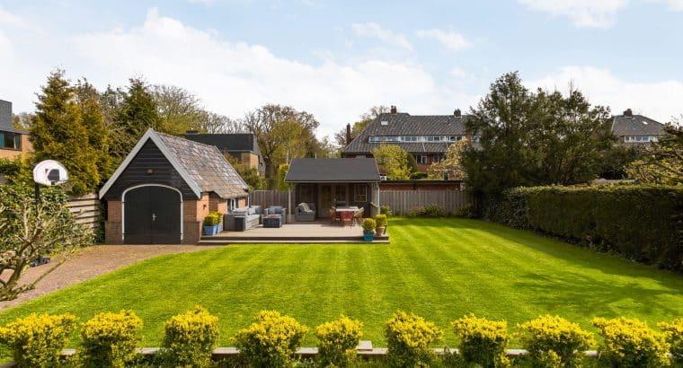 Riant halfvrijstaand familiehuis in Bloemcampbuurt, bijna 1000m² tuin