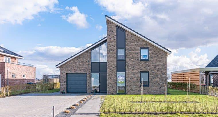 """Op een royaal perceel aan het water in de wijk """"De Wei"""" in Blauwestad ligt deze prachtige moderne villa"""