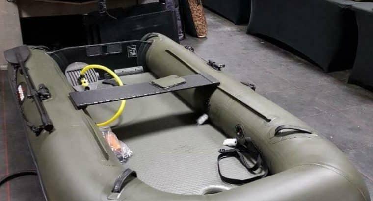 Set: boot, buitenboordmotor, dieptemeter, drukpomp, reddings