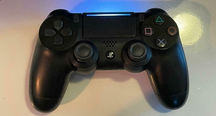 PS4 PRO 1TB (2019) + controller & alle kabels (goeie staat)