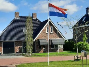 Vlaggenmast 6 meter 5-delig compleet met vlaggen €90 incl.