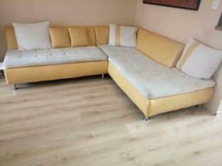 Woninginrichting( hoekbank, tafel, stoelen, bed, koelkast)