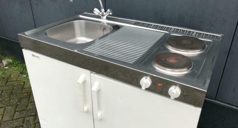Keuken/kitchenette met boiler, koelkast en kookplaat