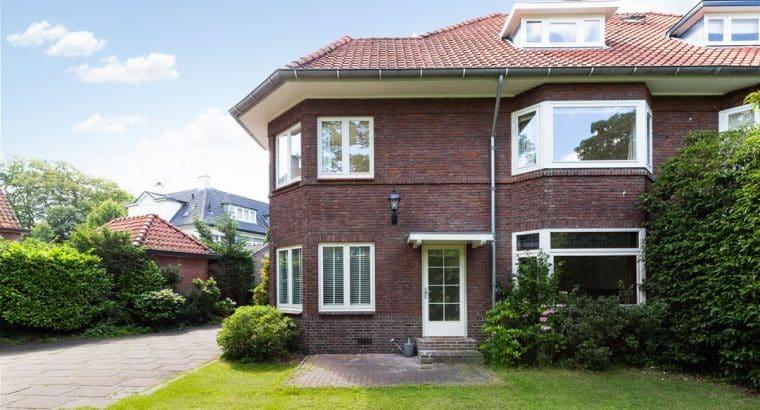 Karakteristieke halfvrijstaande villa met dubbele garage, tuin ZW